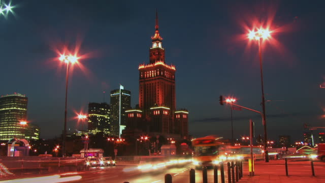 t/l, ws, palace of culture and science (palac kultury i nauki) and street traffic, dusk to night, warsaw, poland - warsaw stock videos & royalty-free footage