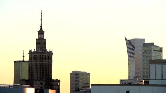 vídeos de stock, filmes e b-roll de palácio da cultura e ciência, varsóvia, polônia - praça