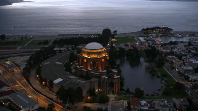 サンフランシスコ、夕暮れ時にマリーナ地区の美術の空中宮殿 - 丸屋根点の映像素材/bロール
