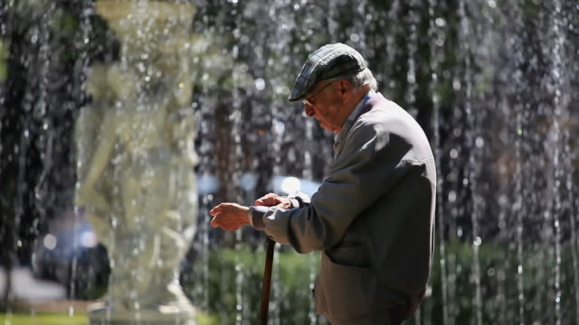 stockvideo's en b-roll-footage met ms pan palacio da liberdade palace fountain, grandpa enjoying the weekend watching his watch / belo horizonte, minas gerais, brazil - liberdade