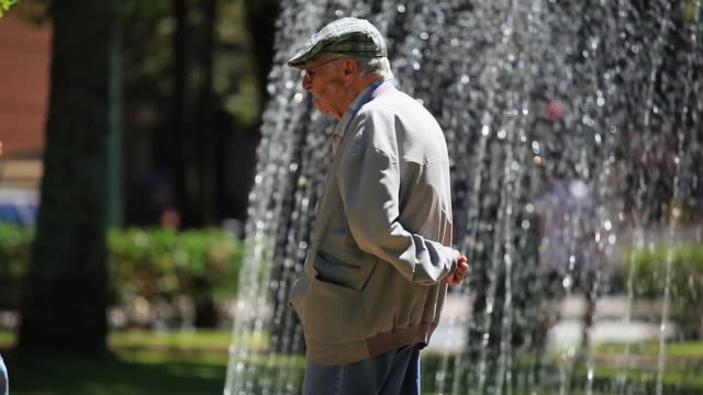 stockvideo's en b-roll-footage met ms pan palacio da liberdade palace fountain, grandpa enjoying the weekend / belo horizonte, minas gerais, brazil - liberdade