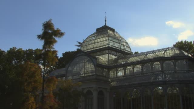 vídeos de stock e filmes b-roll de ms pan palacio de cristal in retiro park/ madrid, spain - casa de jardim