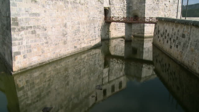 ws tu palacio de los capitanes generales with reflection in moat / havana, cuba - 要塞点の映像素材/bロール