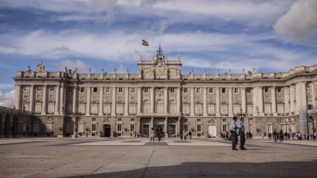 palacio real in madrid, spain. - 宮殿点の映像素材/bロール