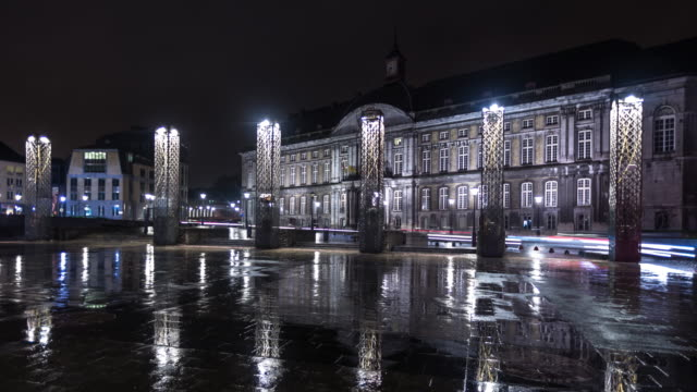stockvideo's en b-roll-footage met palais des princes-évêques on place saint-lambert in liège, belgium - time lapse - vierkant compositie