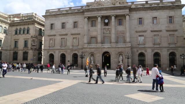 palau de la generalitat de catalunya, view of the faã§ade, barcelona, spain - besichtigung stock-videos und b-roll-filmmaterial