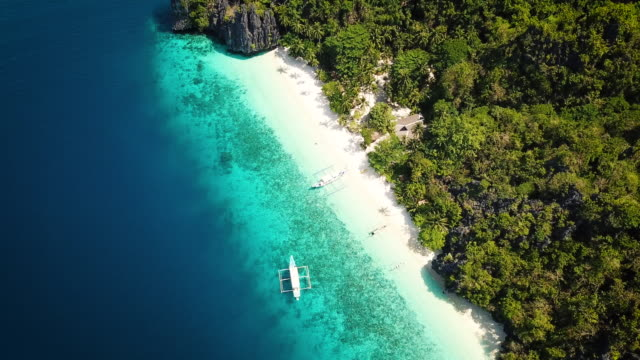 palawan entalula beach philippines entalula island aerial 4k video - filippine video stock e b–roll