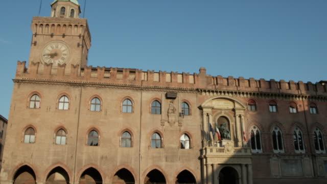 ws td palazzo d'accursio in piazza maggiore / bologna, italy - palast stock-videos und b-roll-filmmaterial