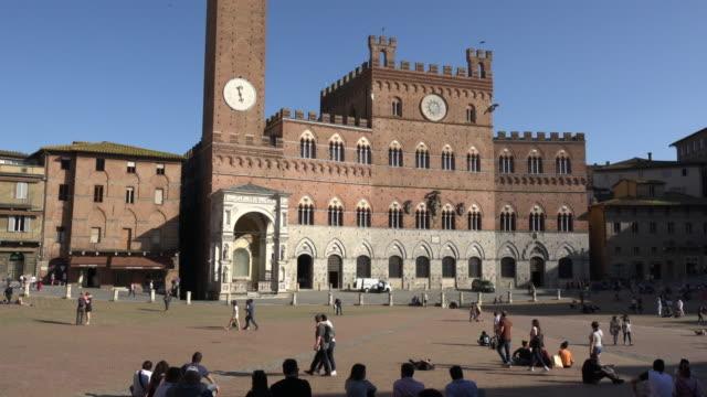 td / palazzo pubblico, piazza del campo, torre del mangia - unesco world heritage site点の映像素材/bロール