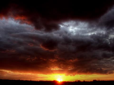 pal :ドラマチックな夕日 - ロマンチックな空点の映像素材/bロール