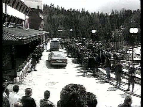 pale itn lib tx 5593 tgv town surrounded by mountains tms press on street opposite meeting building as convoy of cars arrive in bv ms side man and... - slobodan milosevic stock videos and b-roll footage