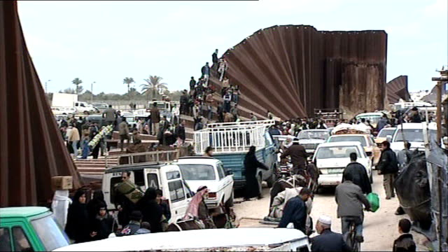 gaza refugees enter egypt to escape sanctions rafah various general views of people crossing border - 制裁点の映像素材/bロール