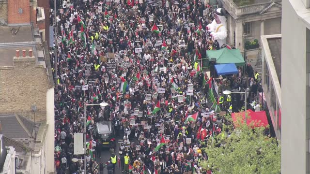 palestine solidarity march in central london: aerials; england: london: kensington: ext air view / aerial protesters on kensington high street with... - gewerkschaft stock-videos und b-roll-filmmaterial
