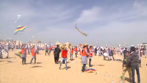 palestinian children have flown kites during the 'kites of hope' organization of unrwa to commemorate the victims of 2011 japan earthquake and... - ガザ地区点の映像素材/bロール