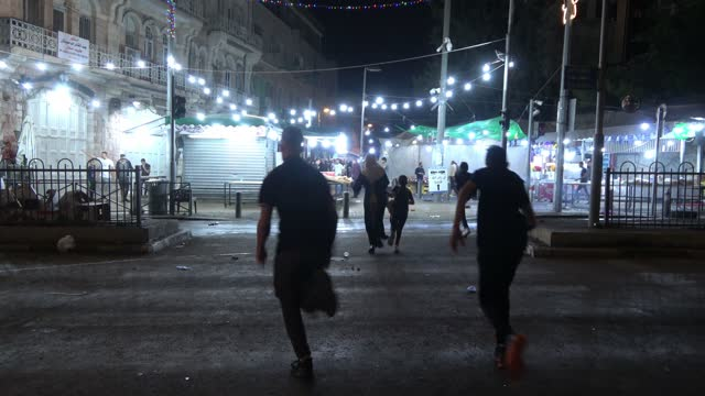vídeos de stock, filmes e b-roll de palestinian civilians run for cover as israeli security forces disperse palestinian protesters outside damascus gate on may 09, 2021 in east... - civil