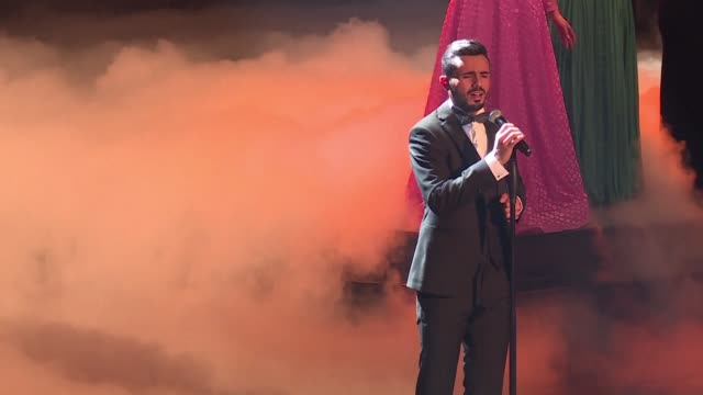 stockvideo's en b-roll-footage met palestinian contestant yacoub shahin has been crowned the fourth arab idol as millions tuned in to watch him compete against fellow compatriot amir... - spelkandidaat
