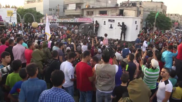 vidéos et rushes de palestinian ezz al-din al qassam brigades, the armed wing of the hamas movement, march during a military parade marking the second anniversary of the... - défiler