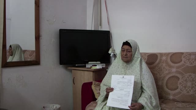 stockvideo's en b-roll-footage met a palestinian family faces eviction from the home they have lived in for more than 50 years after a court ruling that many see is part of a plan to... - oost jeruzalem