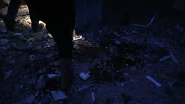 vidéos et rushes de a palestinian islamic jihad militant stands guard at the scene of an israeli strike that killed the group's field commander baha abu alatta in gaza... - officier grade militaire