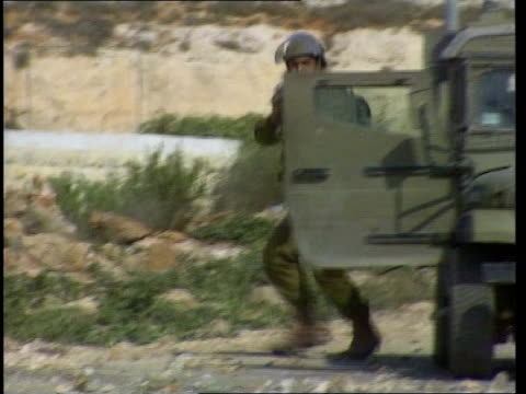 stockvideo's en b-roll-footage met palestinian man firing stone from catapult bv two men using catapults ls man firing catapult gv israeli soldier firing rifle standing next to... - israëlisch palestijns conflict