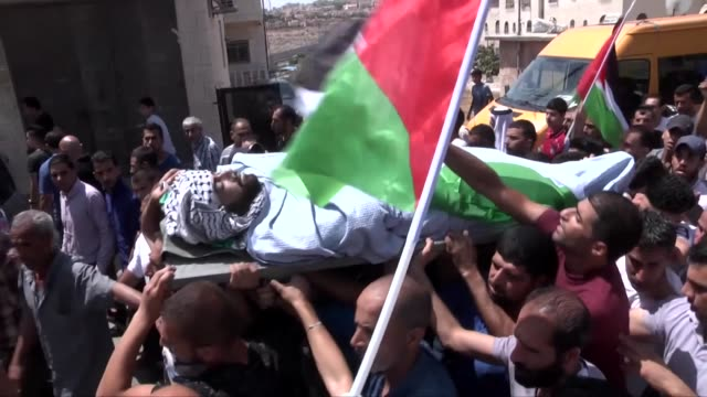 palestinian mourners carry the body of mohammed fathi kanan who succumbed to wounds sustained by israeli troops in clashes outside jerusalem earlier... - east jerusalem stock videos & royalty-free footage