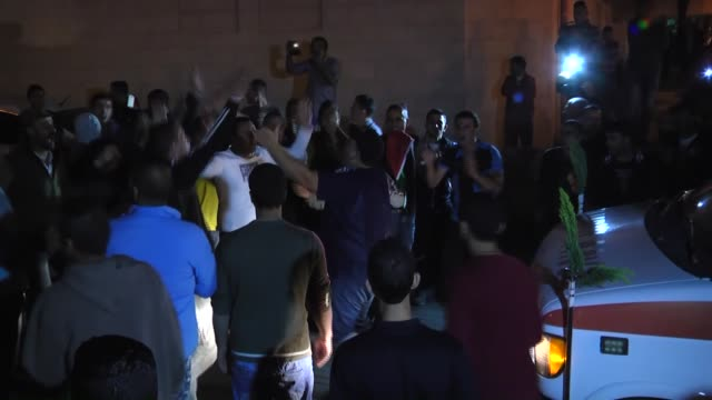 palestinian muhammed semasne's relatives mourns as israel delivers his body to palestinian authorities at ramallah hospital in ramallah, west bank on... - イスラエルパレスチナ問題点の映像素材/bロール