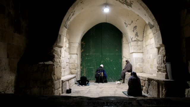 vídeos de stock e filmes b-roll de palestinian muslim female worshippers performing the taraweeh prayer during the muslim holy month of ramadan outside the closed alaqsa mosque... - mesquita