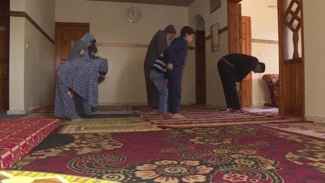 vídeos de stock e filmes b-roll de palestinian muslim shtaiwi family holds friday prayers at home women and men young and old together after the gaza strip authorities closed all... - mesquita
