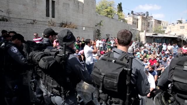 stockvideo's en b-roll-footage met palestinian muslim worshipers performed traditional friday prayers in a street outside the old city in east jerusalem after the israeli government... - oost jeruzalem