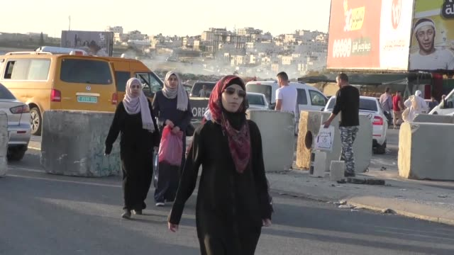palestinian muslim worshippers arrive at the qalandia checkpoint near the west bank city of ramallah on may 18 2018 as they make their way to alaqsa... - ramallah stock videos and b-roll footage