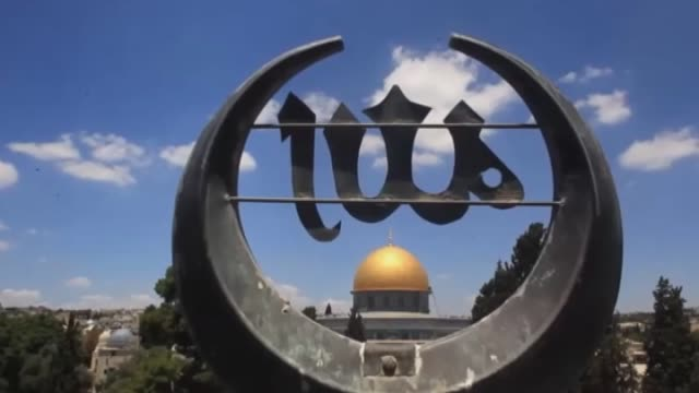 stockvideo's en b-roll-footage met palestinian muslim worshippers perform the first friday prayer of the holy fasting month of ramadan at al aqsa mosque compound in the old city of... - rotskoepel