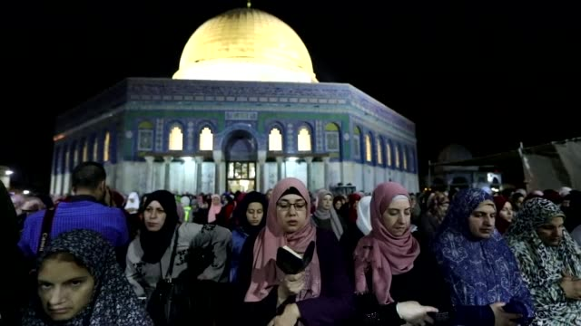 palestinian muslim worshippers pray outside the dome of the rock in the alaqsa mosque compound in jerusalem's old city on the occasion of laylat... - jerusalem stock videos & royalty-free footage