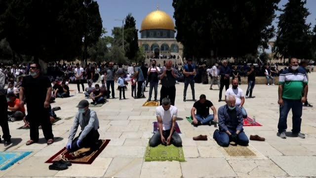 palestinian muslims attend the first friday prayer after a 69-day closure due to the novel coronavirus pandemic, outside the dome of the rock mosque,... - jerusalem stock videos & royalty-free footage