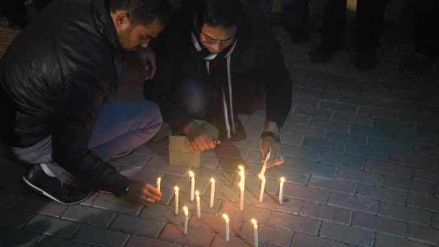 vídeos de stock e filmes b-roll de palestinian nongovernmental organization members stage a protest in front of french institute against gun attack on french satirical magazine charlie... - sátira