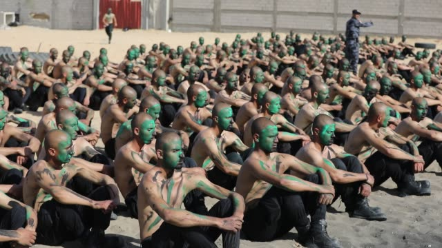 palestinian police recruits loyal to hamas during a training session at a police academy in khan yunis in the southern gaza strip, february 6, 2020. - campo di allenamento militare video stock e b–roll