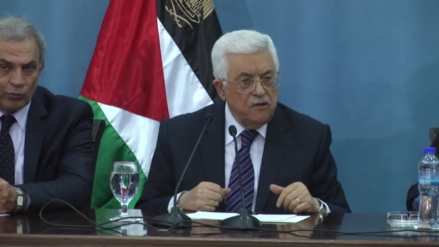 vídeos de stock, filmes e b-roll de palestinian president mahmoud abbas attends a press conference at the palestinian authority headquarters in the west bank city of ramallah on january... - ramallah