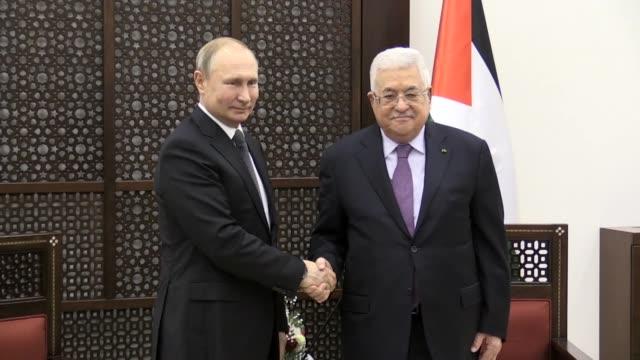 vidéos et rushes de palestinian president mahmoud abbas meets with russian president vladimir putin in the west bank city of bethlehem on january 23, 2020. - cérémonie