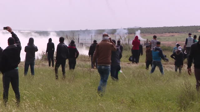 palestinian protesters at the border between gaza and israel - israelisches militär stock-videos und b-roll-filmmaterial
