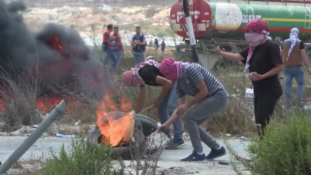 vídeos de stock, filmes e b-roll de palestinian protesters clash with and israeli security forces in the west bank city of ramallah following the death of palestinian prisoner bassam... - ramallah