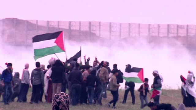 palestinian protesters clashing with israeli defence forces in gaza - gaza strip stock videos & royalty-free footage