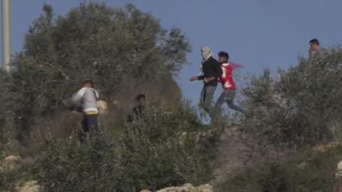palestinian protesters clashing with israeli defence forces in shilo - イスラエルパレスチナ問題点の映像素材/bロール