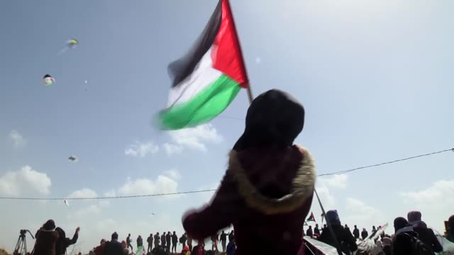 palestinian protesters fly kites and wave national flags during a demonstration along israel border with gaza on march 29 2018 a day before planned... - historical palestine stock videos & royalty-free footage