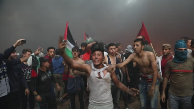 vídeos de stock e filmes b-roll de palestinian protesters gather during clashes with israeli troops in tents protest where palestinians demand the right to return to their homeland at... - palestino
