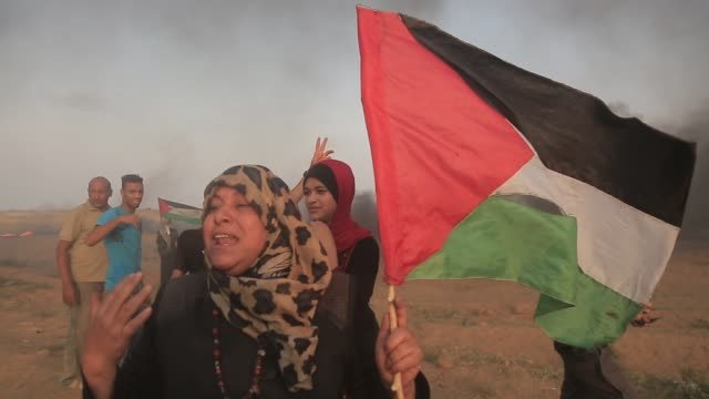 palestinian protesters set tires on fire in response to israeli forces' intervention in the 24th friday of great march of return demonstration near... - palestinian flag stock videos & royalty-free footage