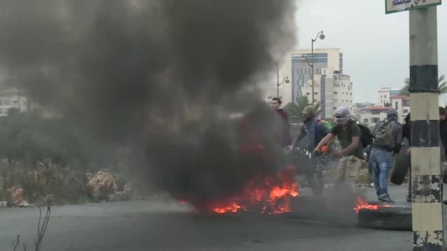 stockvideo's en b-roll-footage met palestinian protesters who had marched from downtown ramallah to condemn us president donald trump's decision to recognize jerusalem as the capital... - israëlisch palestijns conflict