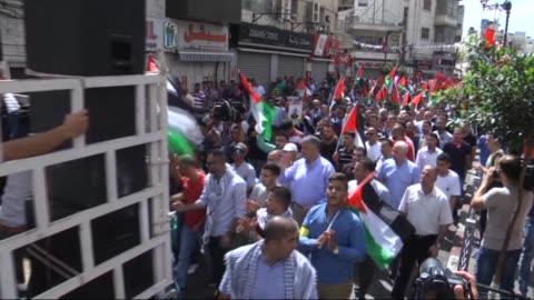 palestinian protestors march from yasser arafat intersection to beit al jewish settlement to protest israeli violations and shout anti-israel slogans... - イスラエルパレスチナ問題点の映像素材/bロール