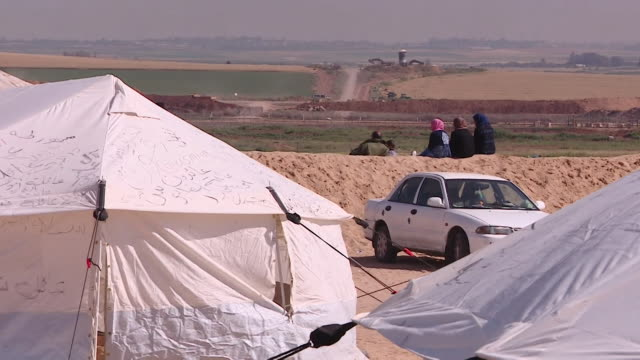 stockvideo's en b-roll-footage met palestinian protestors on the border between gaza and israel - israëlisch leger