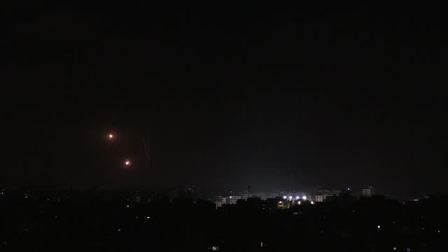 palestinian resistance groups continued to fire rockets into israel early friday in response to continued attacks by israel on the gaza strip.israel... - striscia di gaza video stock e b–roll