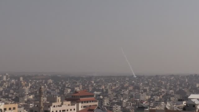 vídeos de stock e filmes b-roll de palestinian rockets are being fired from gaza city on november 12 2019 israeli army carried out an airstrike early tuesday killing a commander in the... - israel