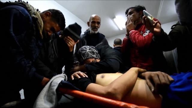 stockvideo's en b-roll-footage met a palestinian shot dead by israeli fire during fresh clashes along the gaza border is brought to a hospital in rafah where his body is identified by... - israëlisch palestijns conflict